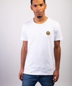 T-shirt bio homme blanc certifié GOTS col rond à manches courtes en coton biologique labellisé GOTS et écusson sheilla dieudone paris brodé à paris avec du fil en soie de couleur or